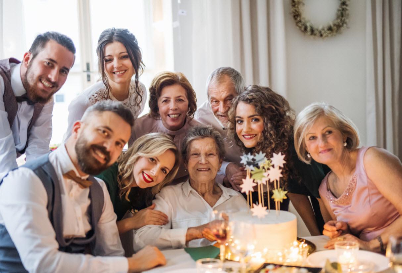 an-elderly-woman-with-multigeneration-family-celeb-P6NXS5Gweb